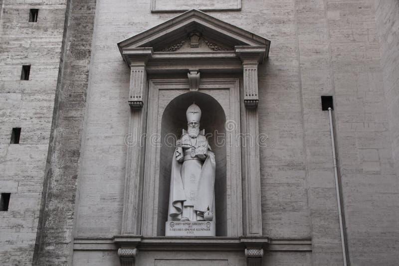 Roma, Itália - 13 de setembro de 2017: Escultura de Saint Gregory Armenian o iluminador, basílica do ` s de StPeter no Vaticano,  imagens de stock royalty free