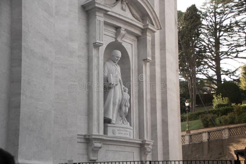 Roma, Itália - 13 de setembro de 2017: Escultura de San Luigi Orione, padre italiano, na basílica do ` s de StPeter no Vaticano,  foto de stock