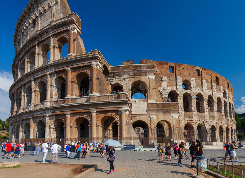 Roma, Itália - 12 de setembro de 2016: Os turistas estão tomando imagens próximo do sightseeing e do monumento famosos Colosseum foto de stock royalty free