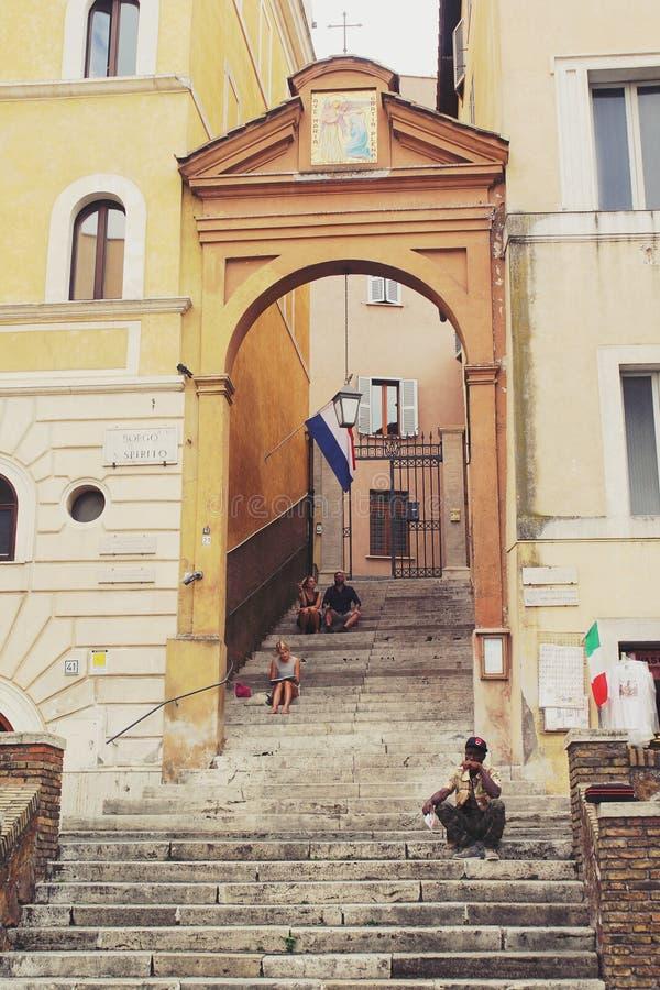 Roma, Itália - 2 de setembro de 2017: Os visitantes tomam uma ruptura e relaxam nas escadas na rua de Roma fotografia de stock