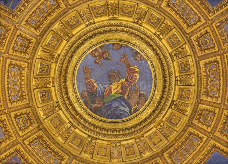ROMA, ITÁLIA: Mosaico do deus o pai na parte superior da cúpula na capela de Chigi em di Santa Maria del Popolo da basílica da ig foto de stock