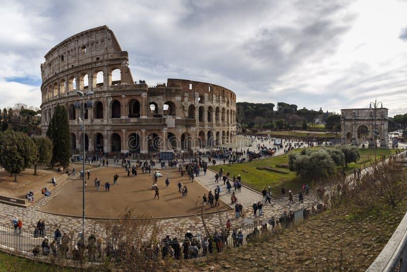 Roma, Itália, o 25 de janeiro de 2019 - vista panorâmica do Colosseum e da Constantine Arch com as filas longas na entrada imagens de stock royalty free