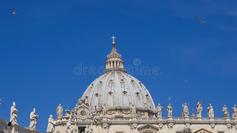 ROMA, ITÁLIA, o 15 de maio de 2015, pássaros sobre a basílica do ` s de St Peter vatican imagens de stock