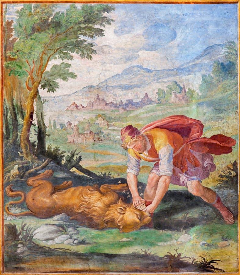 ROMA, ITÁLIA, 2016: O fresco Samson que atraca-se um leão, e comendo o mel de sua carcaça na igreja Basílica di San Vitae fotografia de stock
