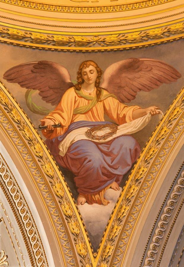 ROMA, ITÁLIA, 2016: O fresco simbólico do anjo com a cruz na cúpula lateral em di Santi Giovanni e Paolo da basílica da igreja fotografia de stock