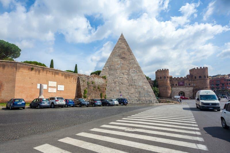 Roma, Itália - 22 06 2018: Pirâmide de Caius Cestius e de San Paolo fotografia de stock