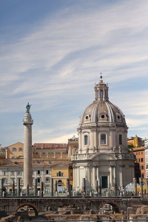 Roma, It?lia - setembro 1,2017: Coluna triunfal bonita de Trajan?s no dia ensolarado foto de stock royalty free