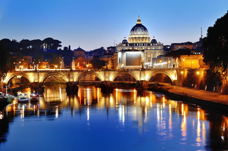 Roma, Itália - vista do rio de Tibre e St Peter & x27; basílica de s na noite imagens de stock