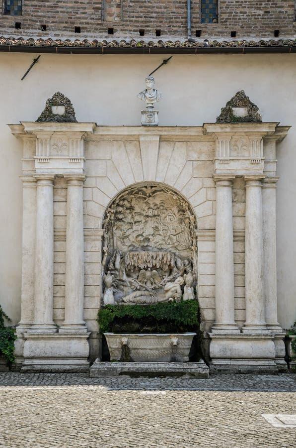 ROMA, ITALIA - AGOSTO DE 2018: Fuente antigua en el chalet d 'Este Tivoli, Italia imagenes de archivo