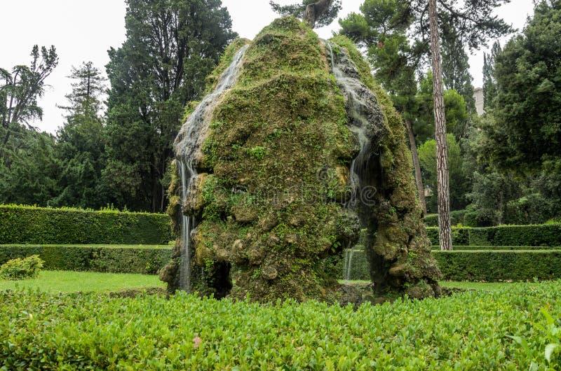 ROMA, ITALIA - AGOSTO DE 2018: Fuentes históricas antiguas en el chalet D 'Este en Tivoli, Italia foto de archivo
