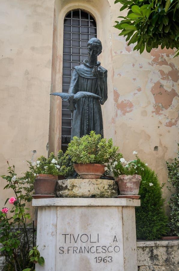 ROMA, ITALIA - AGOSTO DE 2018: Monumento al santo Francisco en Tivoli, Italia imagenes de archivo