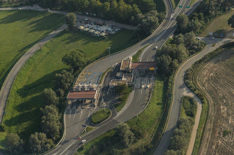 ROMA, ITALIA - AGOSTO DE 2018: Vista superior de la estación Telepass del peaje en el autobahn en Italia fotografía de archivo