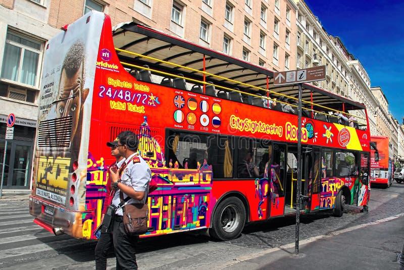 Roma, Italia - 7 aprile 2017: Bus turistico con i passeggeri sulla st fotografie stock libere da diritti
