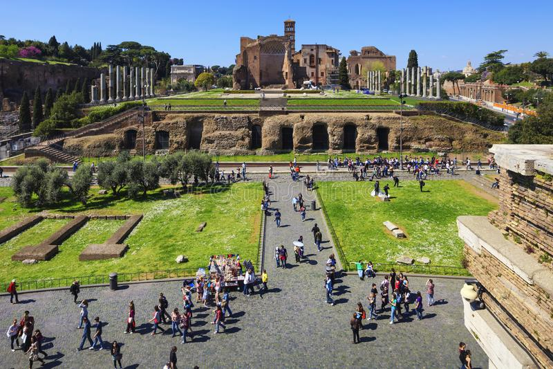 ROMA, ITALIA - 2 APRILE 2011: Il forum romano rovina il panorama Unesco immagini stock