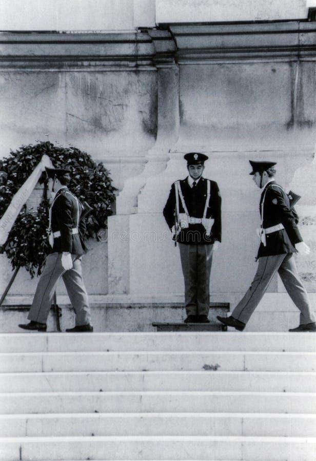 Roma, Italia, 1970 - cambiamento della guardia all'altare della patria fotografia stock libera da diritti