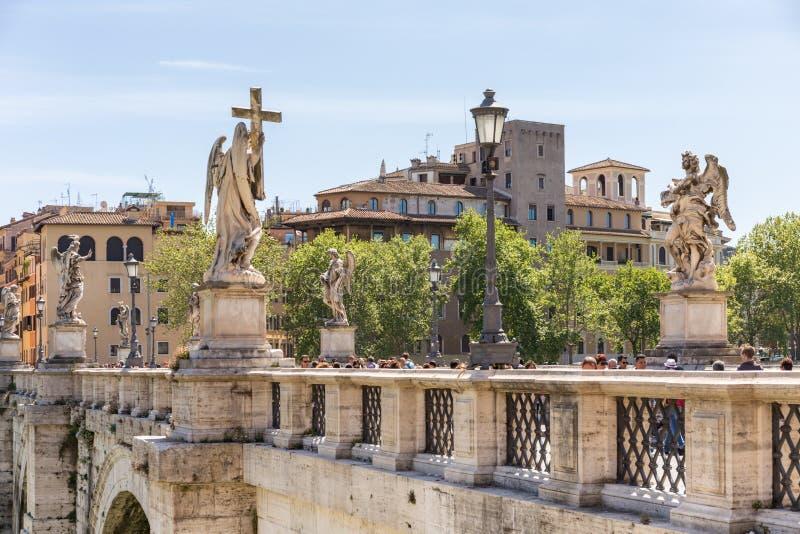 ROMA, ITALIA - 27 DE ABRIL DE 2019: Puente Ponte Sant 'Ángel del ángel del santo en el río de Tíber imagen de archivo
