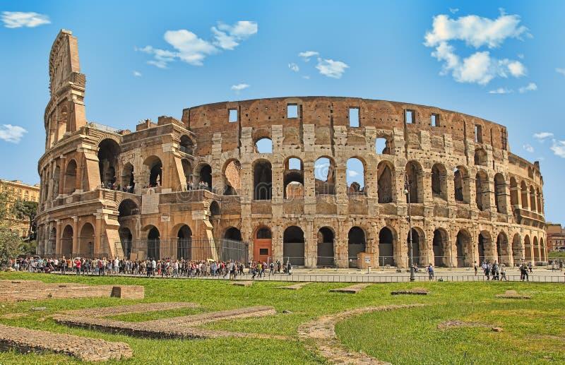 ROMA, ITALIA - 7 DE ABRIL DE 2016: Turistas que visitan el Colosseum encendido imagen de archivo libre de regalías