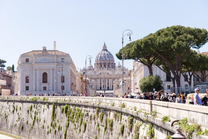 ROMA, ITALIA - 27 DE ABRIL DE 2019: Visión desde la distancia de la basílica de San Pedro del borde de Tíber imágenes de archivo libres de regalías