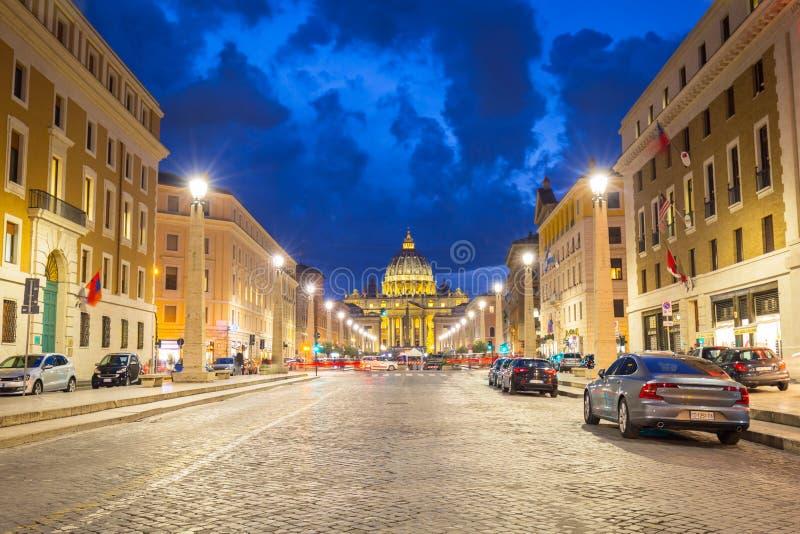 Roma, Italia - 9 de enero de 2019: Camino al cuadrado de San Pedro y basílica en la Ciudad del Vaticano en la oscuridad imagen de archivo libre de regalías