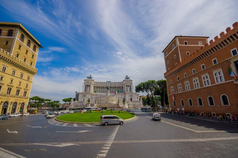 ROMA, ITALIA - 13 DE JUNIO DE 2015: Monumento de Vittorio Emanuele II o altar de la opinión agradable de la patria con un pequeño imagen de archivo
