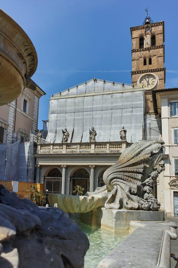 ROMA, ITALIA - 23 DE JUNIO DE 2017: Opinión de la puesta del sol de la basílica de nuestra señora en Trastevere en Roma fotos de archivo libres de regalías