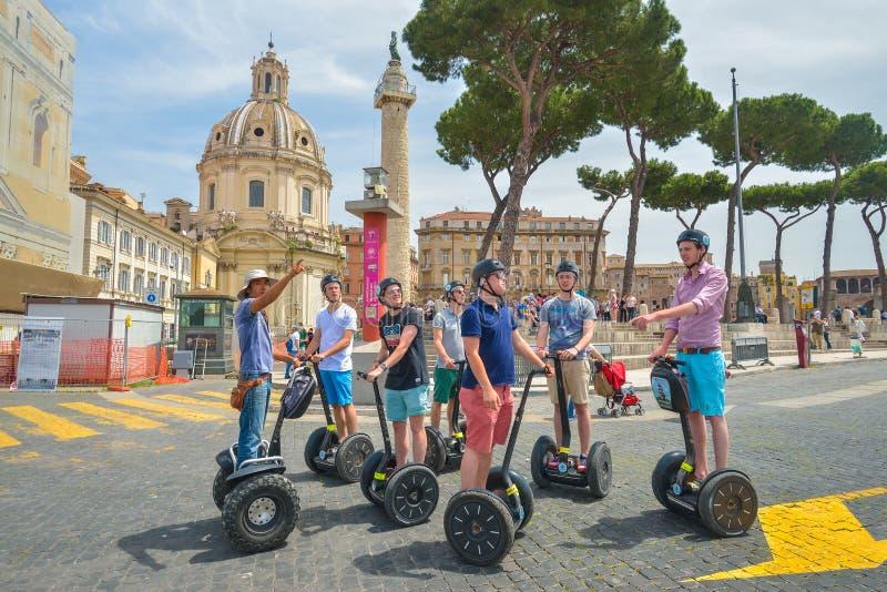 Roma, ITALIA - 1 de junio: Turistas en segway en la plaza Venezia y el monumento de Victor Emmanuel II en Roma, Italia el 1 de ju foto de archivo