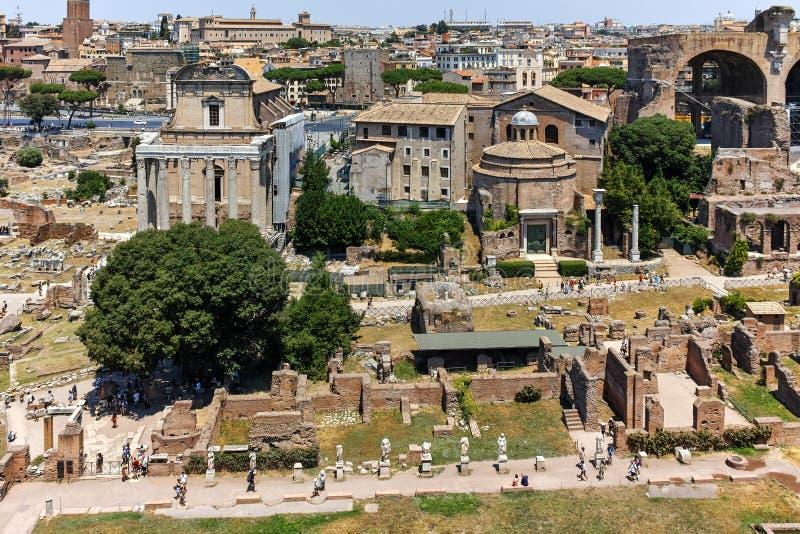 ROMA, ITALIA - 24 DE JUNIO DE 2017: Visión panorámica desde la colina de Palatine a las ruinas de Roman Forum en la ciudad de Rom fotografía de archivo libre de regalías