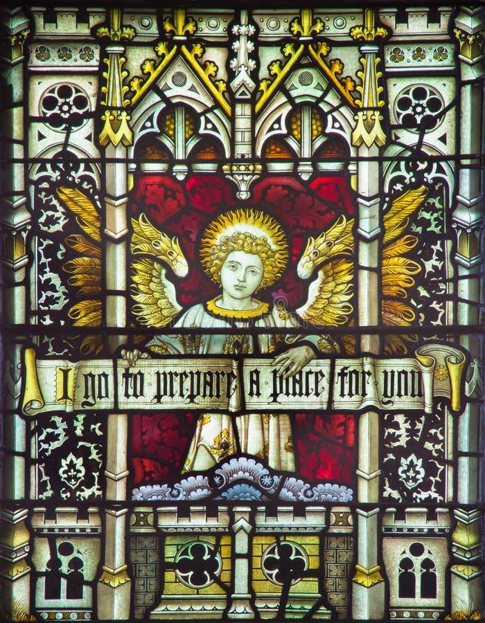 ROMA, ITALIA - 9 DE MARZO 2016: El ángel con la inscripción en el vitral de todo el Saints& x27; Iglesia Anglicana foto de archivo libre de regalías