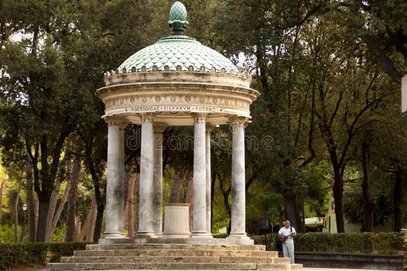 Roma, Italia - 14 de septiembre de 2017: Cenador en los jardines de Borghese del chalet Diana Temple en el chalet Borghese, Roma imagen de archivo libre de regalías