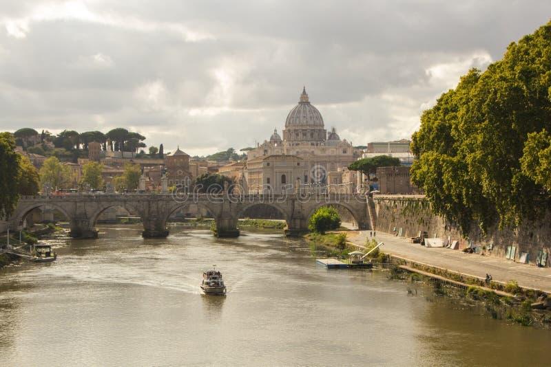 Roma, Italia - 14 de septiembre de 2017: Hermosa vista de la basílica del ` s de San Pedro en el Vaticano del río de Tíber en Rom fotografía de archivo libre de regalías