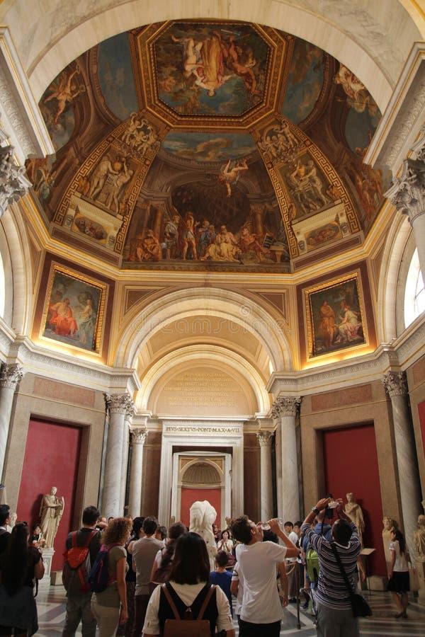 Roma, Italia - 2 de septiembre de 2017: Los visitantes están haciendo turismo a la bóveda en el techo dentro del museo del Vati fotos de archivo libres de regalías