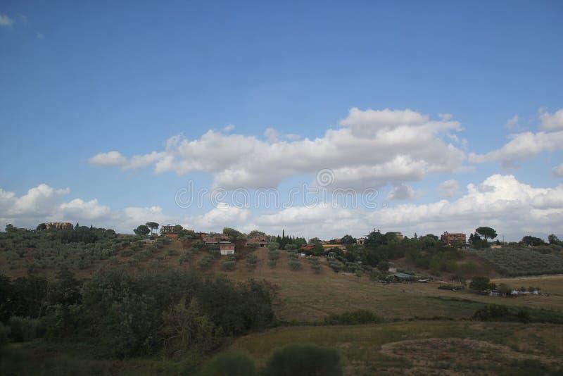 Roma, Italia - 2 de septiembre de 2017: Prado hermoso de la hierba en el cielo azul y la nube fotografía de archivo libre de regalías