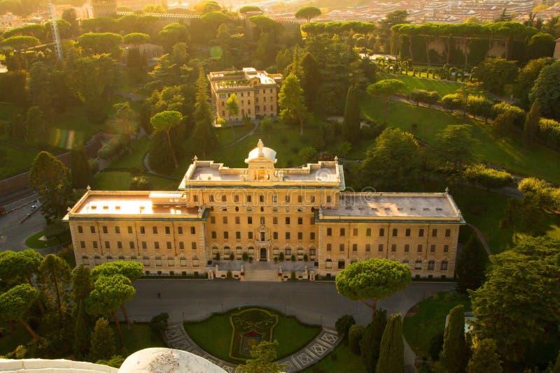 Roma, Italia - 13 de septiembre de 2017: Vista aérea de los edificios y de los jardines del Vaticano de la bóveda de la basílica  foto de archivo