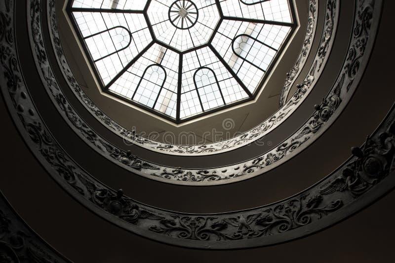Roma, Italia - 13 de septiembre de 2017: Vista inferior de la escalera famosa de Bramante del museo del Vaticano fotos de archivo