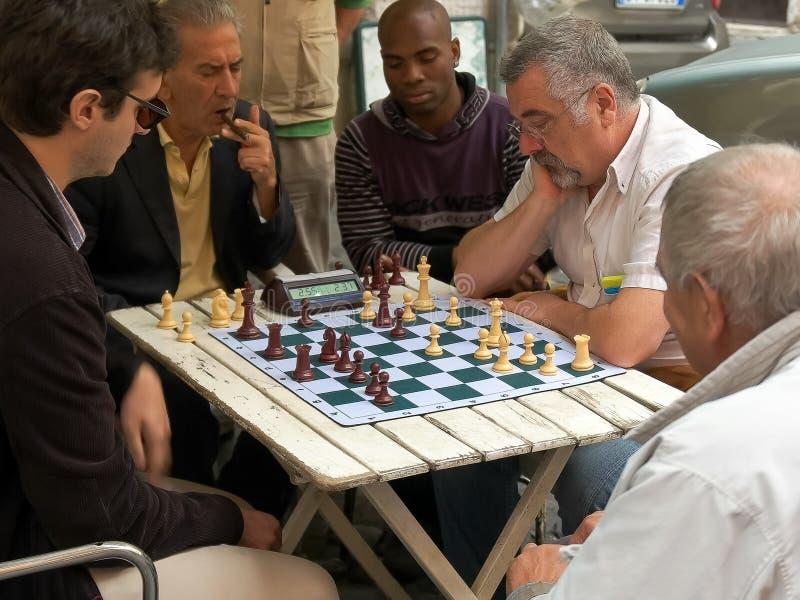 ROMA, ITALIA 30 DE SETEMBRO DE 2015: jogador que ganha um jogo de xadrez, Roma da rua foto de stock royalty free