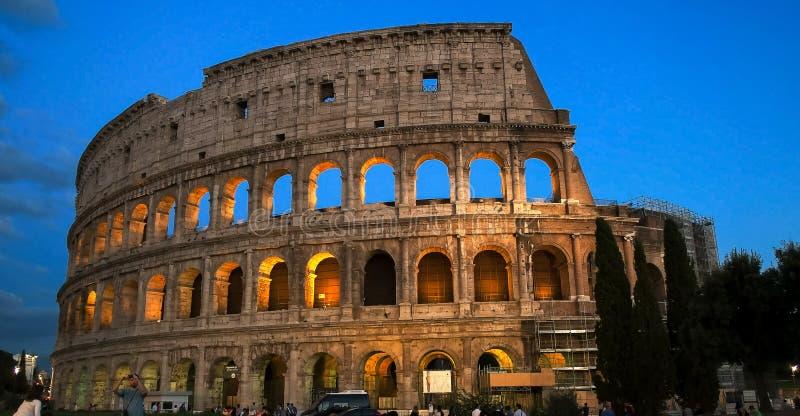 ROMA, ITALIA 30 DE SETEMBRO DE 2015: turistas e o colosseum em Roma fotografia de stock