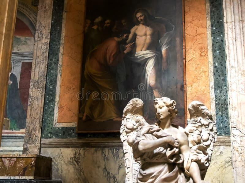 ROMA, ITALIA 29 DE SETEMBRO DE 2015: uma estátua do anjo e uma pintura no panteão imagens de stock