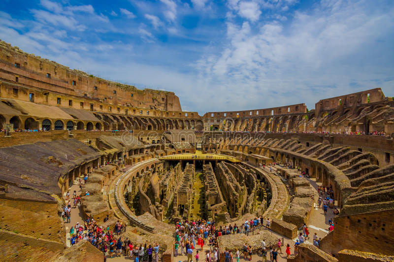 ROMA, ITALIA - 13 GIUGNO 2015: Giorno di estate piacevole per visitare Roman Coliseum, le nuove sette meraviglie del mondo modern fotografia stock libera da diritti