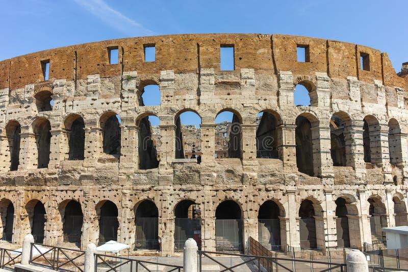 ROMA, ITALIA - 24 GIUGNO 2017: La gente che visita parte interna di Colosseum in città di Roma fotografia stock libera da diritti