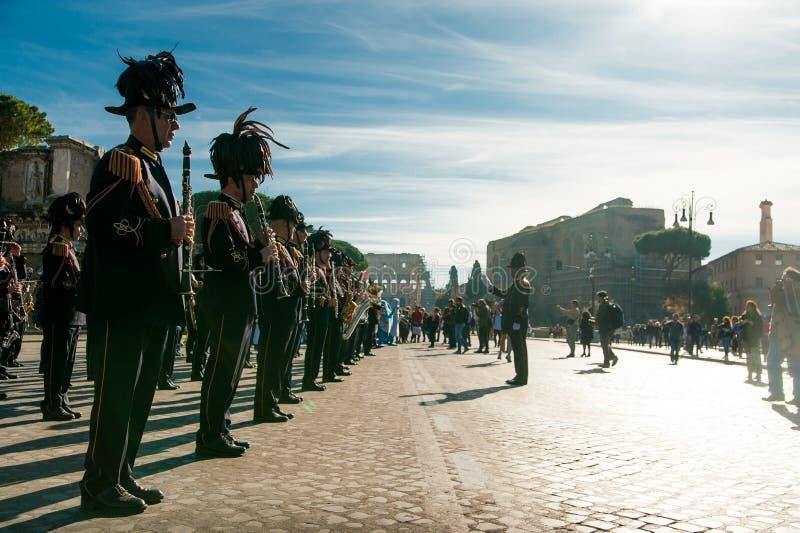 Roma, Italia - 2 giugno 2018: musicista di brass band italiano ufficiale dell'esercito che gioca nel centro urbano durante la par fotografia stock