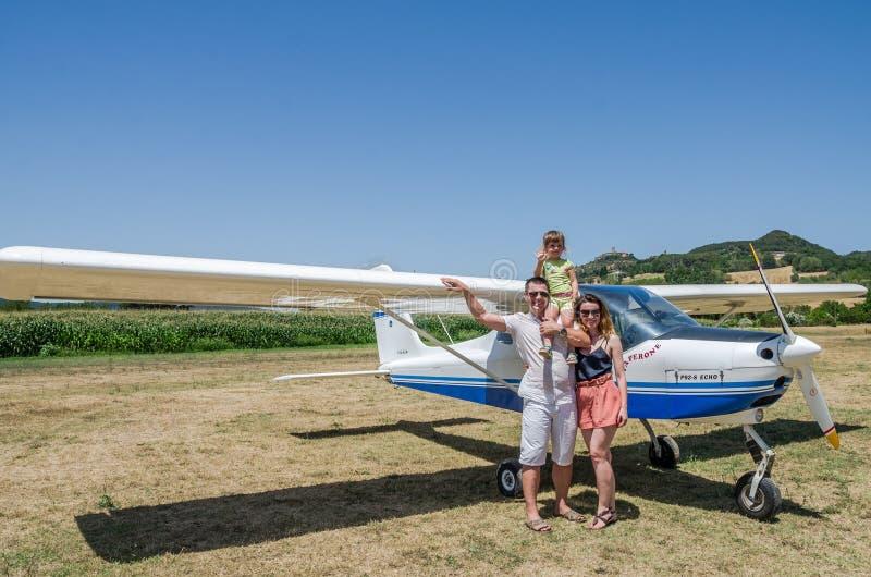 ROMA, ITALIA - JULIO DE 2017: Un padre, una madre y una hija jovenes de la familia en la cabina de un avión ligero Tecnam P92-S r fotografía de archivo libre de regalías