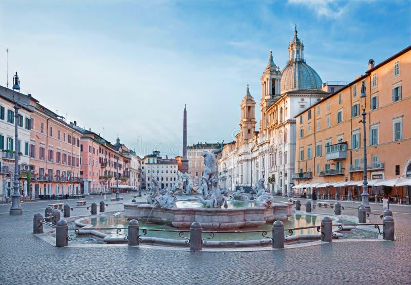ROMA, ITALIA: La piazza Navona in mattina e fontana di Nettuno ha creato da Giacomo della Porta e da Santa Agnese in chiesa Agone fotografia stock libera da diritti
