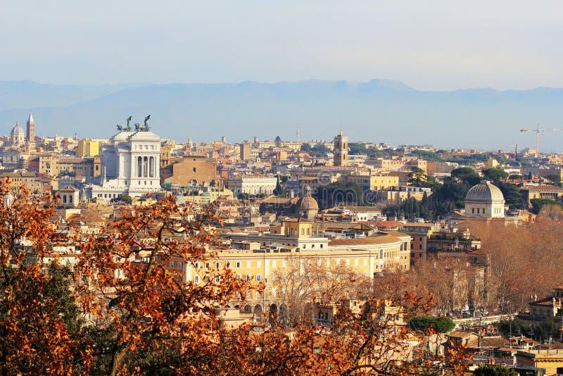 Roma Italia - la vista de la ciudad de la colina y de la terraza de Janiculum, con Vittoriano, Santa Maria en la iglesia de Ara C imagenes de archivo