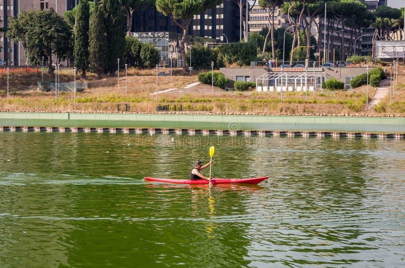 ROMA, ITALIA - LUGLIO 2017: L'atleta rema un kajak su un Parco Centrale del Lago a Roma, Italia fotografia stock