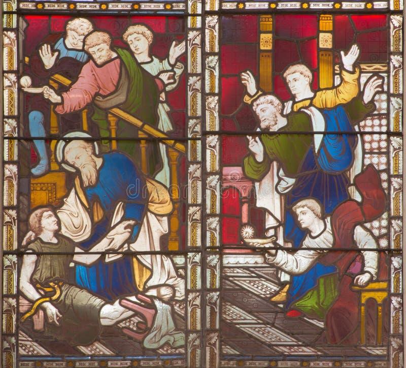 ROMA, ITALIA - 9 MARZO 2016: La resurrezione di St Paul di scena di Eutychus in Troas sul vetro macchiato di tutto l'anglicano CH fotografie stock libere da diritti