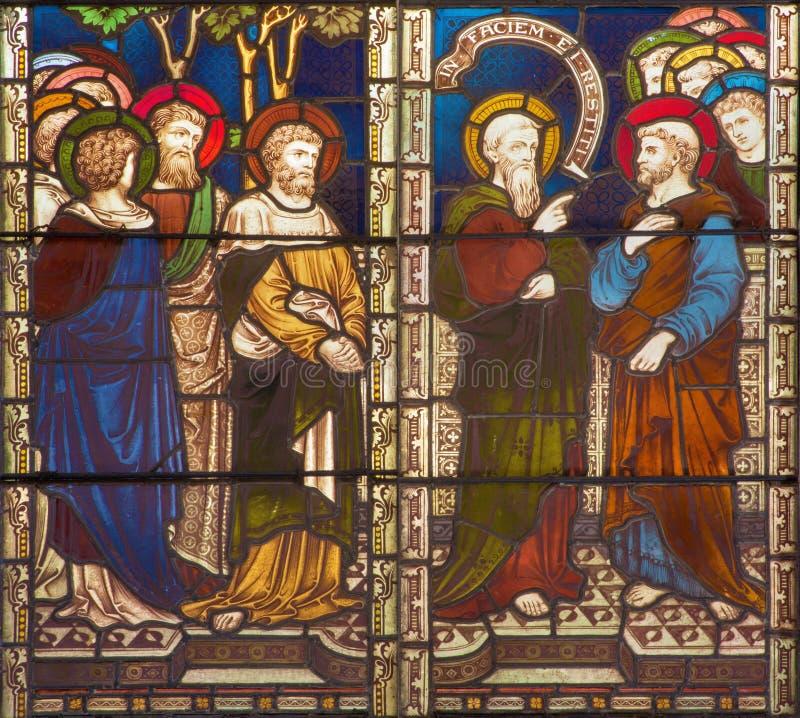 ROMA, ITALIA - 9 MARZO 2016: La scena St Paul in conflitto con lo St Peter sul vetro macchiato di tutto l'anglicano Ch del ` dei  immagine stock