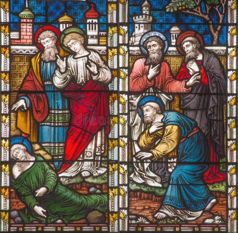 ROMA, ITALIA - 9 MARZO 2016: La scena St Paul dopo la lapidazione a Lystra sul vetro macchiato di tutta la Chiesa Anglicana del ` immagini stock