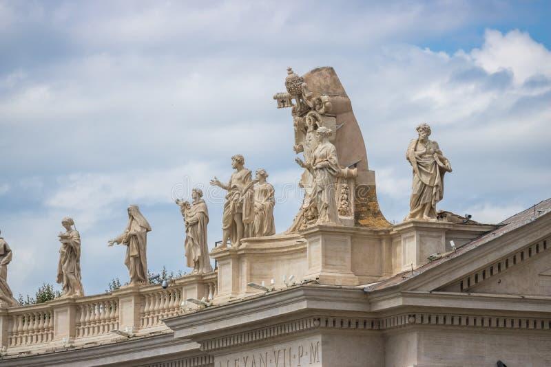 Roma, Italia - 23 06 2018: Sculture di pietra degli apostoli sul tetto immagini stock libere da diritti