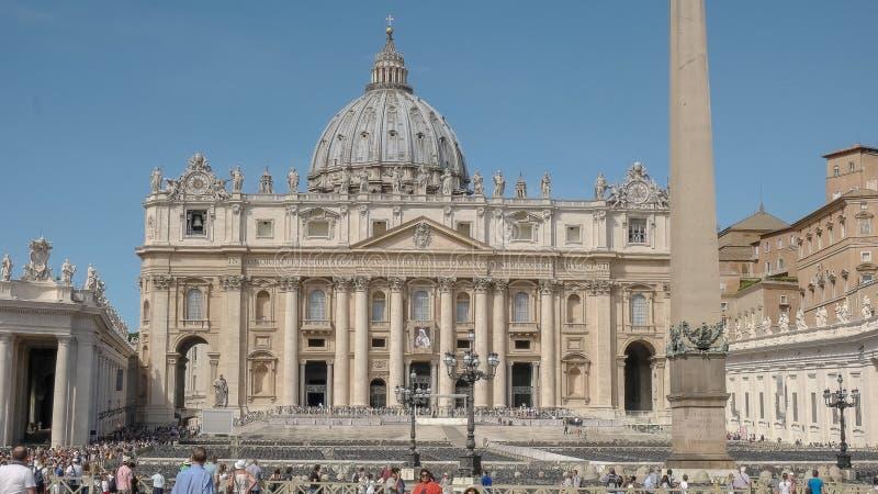 ROMA, ITALIA SEPTIEMBRE, 6, 2016: la basílica y el vatican de San Pedro de la visita de los turistas en Roma fotos de archivo