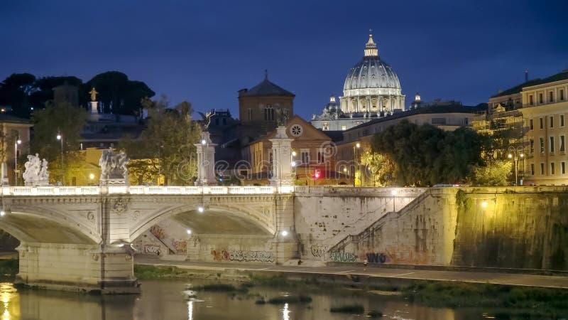ROMA, ITALIA SEPTIEMBRE, 6, 2016: noche tirada de la basílica de San Pedro y del río de Tíber en Roma fotografía de archivo libre de regalías